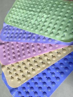 2020-06-05 18:35:37  26 Thảm chống trượt   • Kích thước 68*37cm, nhựa dẻo PVC độ bền cao • Đặt trong bồn tắm đứng/chỗ đứng lavabo/những nơi có nước trong toilet • Thiết kế nút hít ở mặt dưới bám chắc vào mặt sàn  • Các nút massage ở mặt trên bám chân tốt giúp máu huyết lưu thông Đồ gia dụng cực cute 110,000