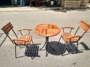 Bộ bàn ghế gỗ dầu có thể chịu mưa chịu nắng hòa hợp với mọi không gian