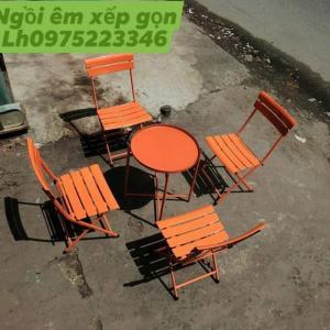 Bàn ghế xếp nhiều màu ngồi êm xếp gọn.