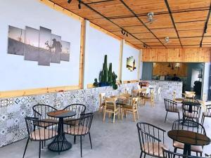 Những bộ bàn ghế được kết hợp từ gỗ và sắt sơn tĩnh điện độc và sang