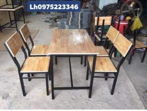 Cần thanh lý bàn ghế gỗ chân sắt giá rẻ..