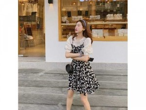 Set nữ đầm yếm đen hoa cúc trắng mix áo