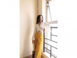 Set nữ áo croptop trắng cột eo quần vàng