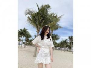Set nữ trắng áo thun in chữ mix chân váy
