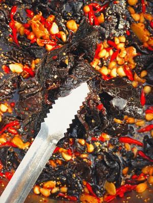 Hủ 500gr Khô bò đen lăn sốt ớt tỏi cô đơn - Food by Mama