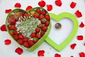 Hộp quà dâu tây Gửi lời yêu thương  Ngày của nửa thế giới Happy women day