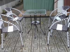 Bàn ghế nhựt trắng đen làm bằng nhựa giá