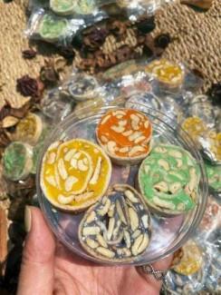 Hủ 500gr Kẹo dừa sắc màu đậu phộng cuốn bánh tráng phồng - Food by Mama