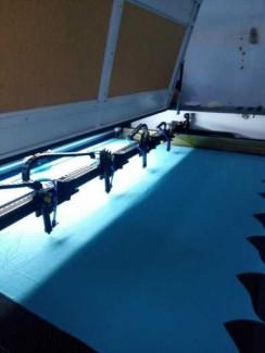 Bán máy laser cắt vải , cắt con guống họa tiết ngành may mặc