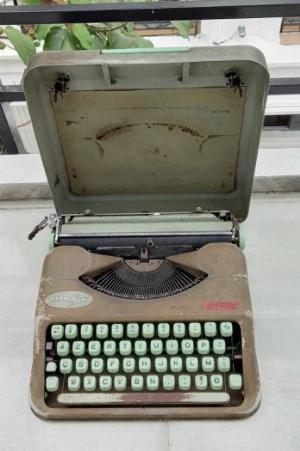 Máy đánh chữ Hermes baby Thụy Sĩ xưa