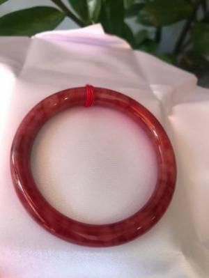 Chiếc vòng tay đá cẩm thạch đỏ đẹp 53mm đỏ vân đỏ đậm nhạt rất xinh