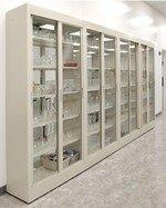 Tủ đựng dụng cụ thủy tinh trong phòng thí nghiệm