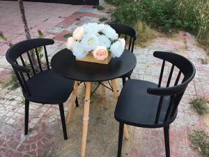 Ghế nhựa đúc chân gỗ giá rẻ..