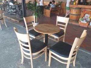 Bộ bàn ghế gỗ cafe hiện đại giá tại xưỡng Ak