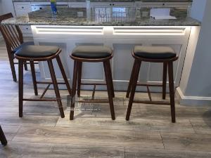 Ghế bar cao 65cm chân gỗ mặt nệm dành cho đảo bếp hiện đại
