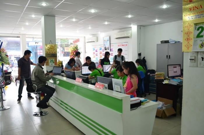 Nhân viên CSKH hỗ trợ khách hàng đặt in ấn