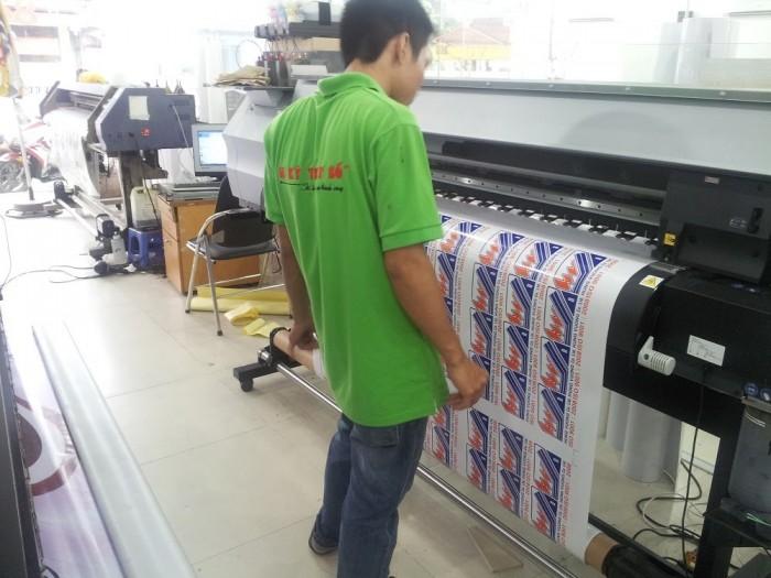 Nhân viên đứng máy in giám sát quá trình in ấn tem nhãn trên máy in kỹ thuật số mực dầu thương hiệu Nhật Bản