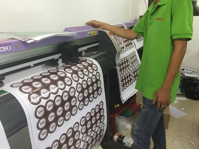 Máy bế thương hiệu Nhật giúp công đoạn bế tem trở nên nhanh chóng và đơn giản - giúp việc có hàng tem nhãn chỉ trong 2 - 3 ngày (đã bao gồm in ấn, gia công bế)