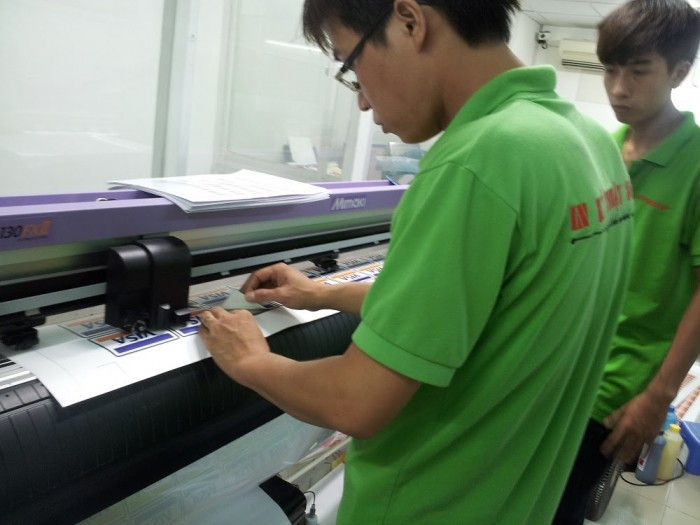 Nhân viên in ấn giám sát quá trình bế tem nhãn decal