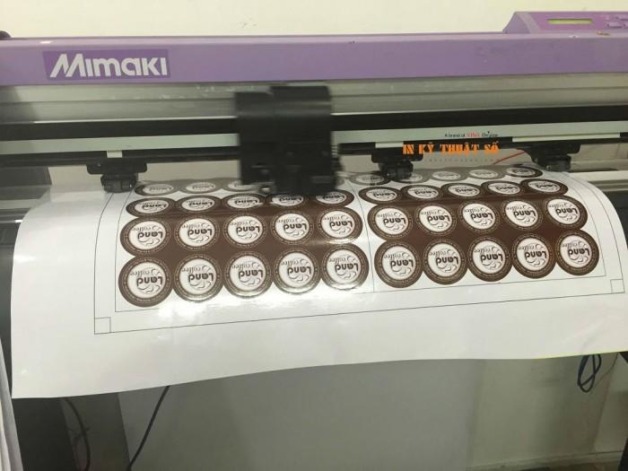 Những con tem decal 7 sữa nhỏ nhắn đang được bế tỉ mỉ bằng máy bế Mimaki