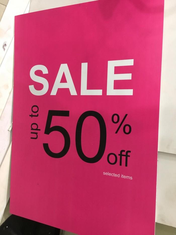 Thông báo sale 50% thường thấy tại các shop thời trang từ in PP bồi formex