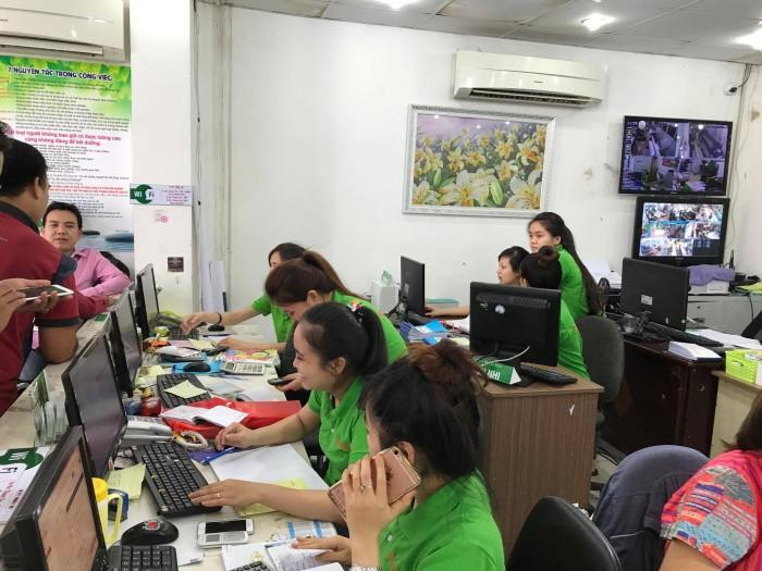 Nhân viên kinh doanh công ty in quảng cáo rẻ hỗ trợ tư vấn, báo giá in cho khách hàng đặt in tại chỗ