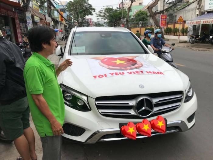 In sticker trái tim khổ lớn cho trang trí nắp ca-pô xe Mercedes-Benz tham gia cổ vũ bóng đá