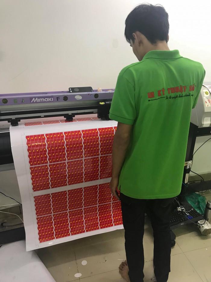 Cận cảnh máy bế gia công đơn hàng in sticker theo yêu cầu