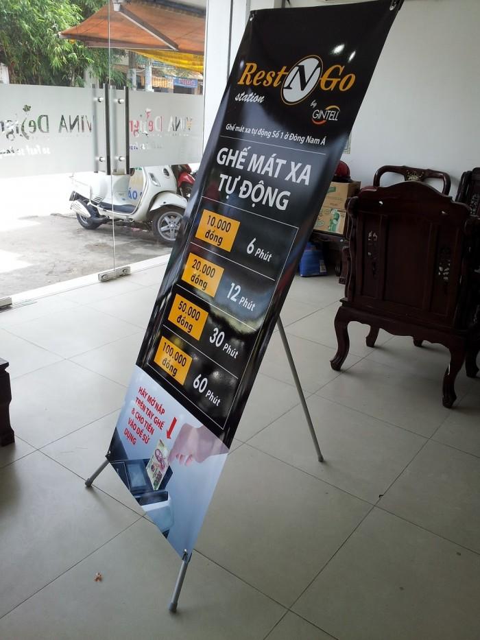 In poster trưng bày với standee, kệ X