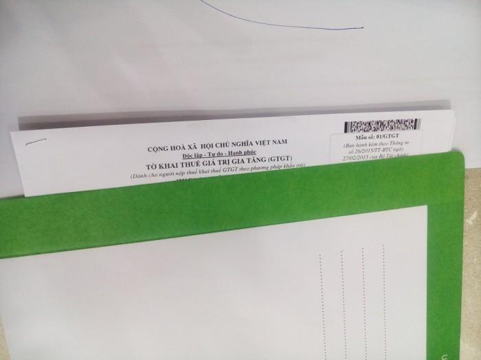 Quay đầu thuận, mặt trước của văn bản và đặt vào phong bì thư công ty