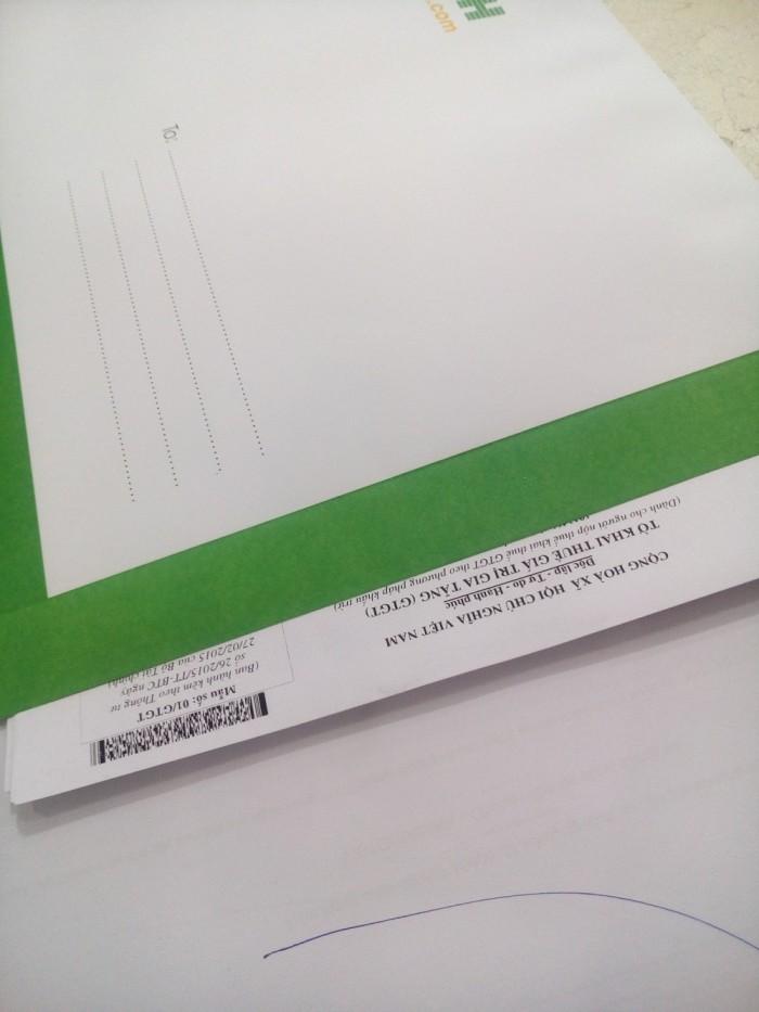 Chiều thuận khi rút giấy tờ từ phong bì thư công ty
