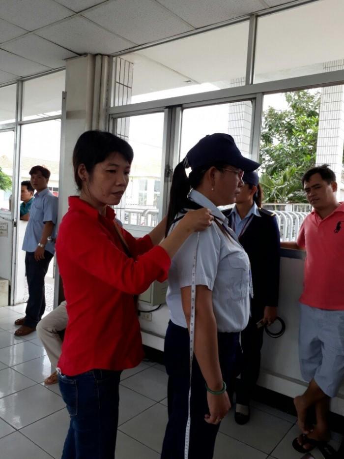 Nhân viên may đo của xưởng may gia công áo sơ mi đến trực tiếp công ty, nhà máy, xí nghiệp để đo áo sơ mi đồng phục cho từng nhân viên ở các bộ phận
