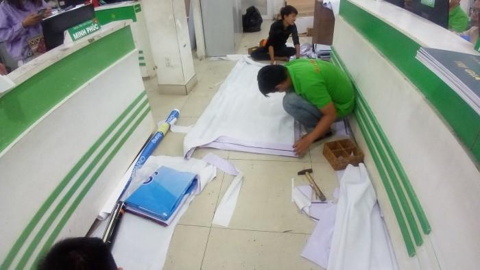 Gia công dán biên và đóng khoen mặt sau của in băng rôn quảng cáo giá rẻ tại TPHCM