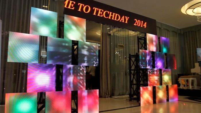 Cho thuê màn hình Led 100 inch lắp đặt thành cổng chào sự kiện