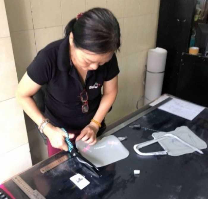 Thợ may mẫu balo túi xách tại xưởng may balo túi xách TPHCM - lên mẫu nhanh để khách hàng duyệt mẫu đặt may