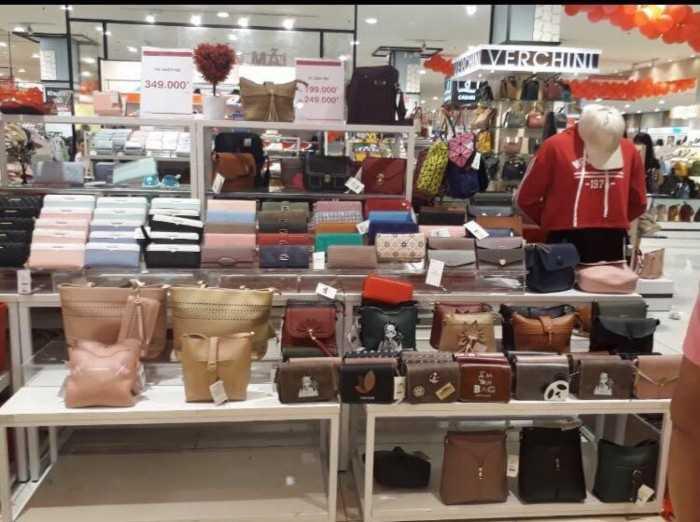 Các mẫu balo túi xách thời trang được trưng bày bán tại trung tâm thương mại - được sản xuất hoặc gia công tại các xưởng may túi xách lớn tại TPHCM