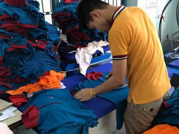 Công đoạn ủi áo trong may đồng phục áo thun cá sấu