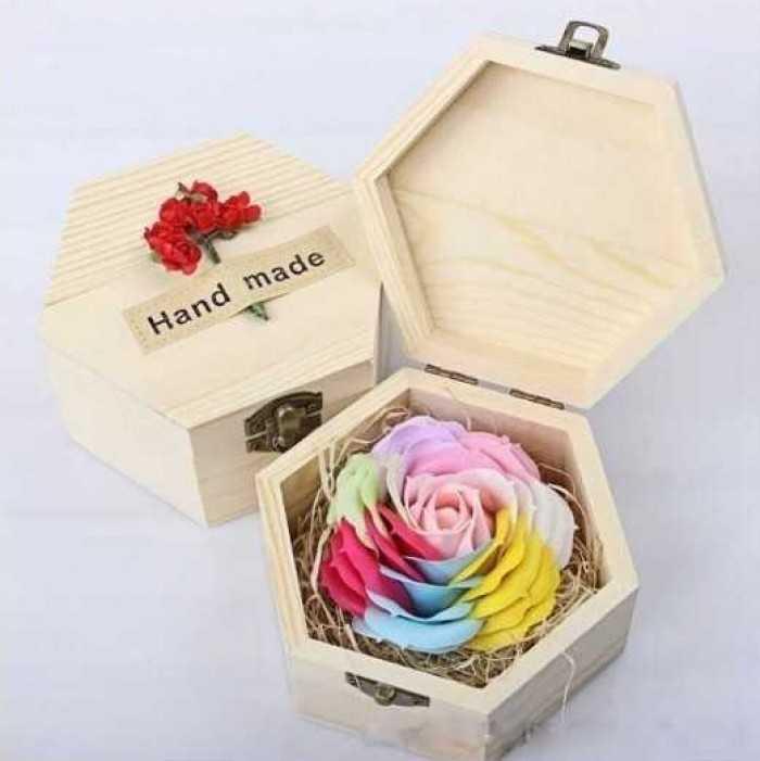 Quà tặng 20/10 ý nghĩa: Hoa hồng sáp thơm hộp gỗ ngũ sắc