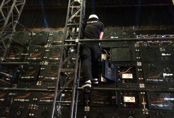 Nhân viên kỹ thuật lắp đặt và vận hành màn hình Led P3
