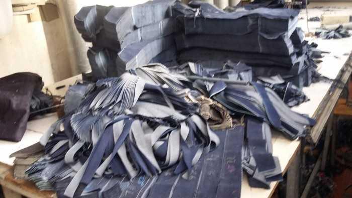 Cắt quần Jean phục vụ đơn hàng sản xuất số lượng lớn theo yêu cầu