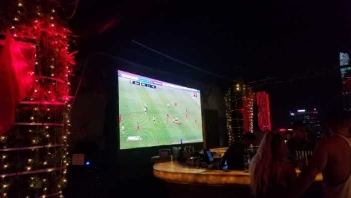 Cho thuê màn hình Led P3 trực tiếp bóng đá tại Glow Sky Bar