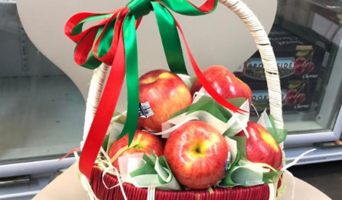Giỏ trái cây Giáng Sinh với táo nhập khẩu trang trí hai màu sắc Giáng Sinh