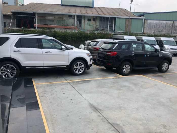 Khu vực để xe phía trước showroom