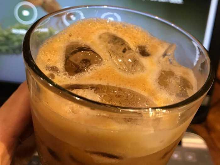 Một gói cà phê hòa tan cho ly cà phê sữa đá buổi sáng làm việc đầy hứng khởi & sáng tạo