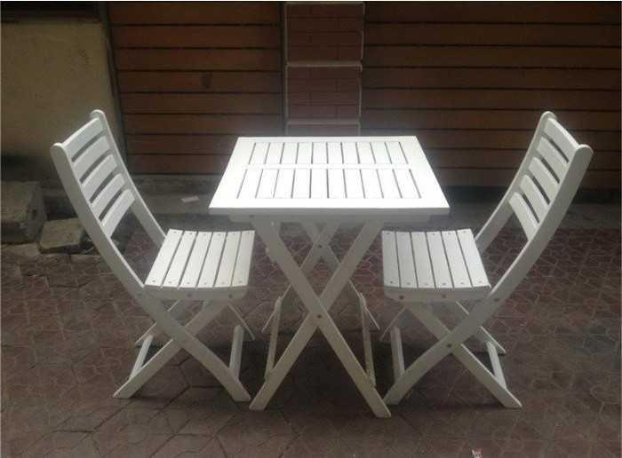 Mẫu bàn ghế gỗ có tựa lưng màu trắng