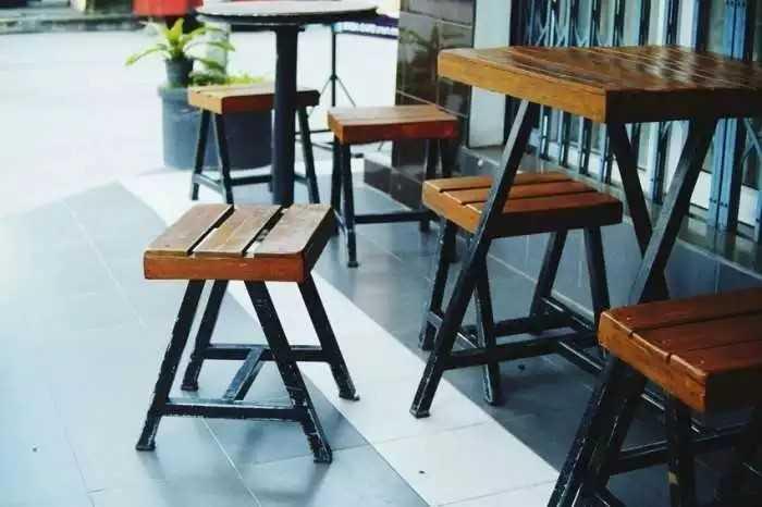 Mẫu bàn ghế cóc chân sắt vuông cho quán cafe vỉa hè