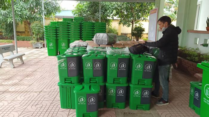 Phân loại rác tại nguồn với thùng rác nhựa 2 ngăn gia đình