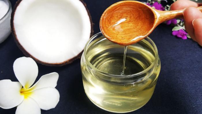 Ủ dầu dừa trước khi gội đầu, gội đầu bằng bồ kết và dầu dừa, dầu gội đầu trái dừa, dầu gội đầu dầu dừa, dầu gội đầu tinh chất dừa, cách làm dầu gội đầu dừa