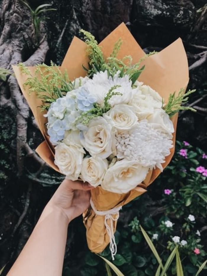 Giấy gói hoa màu vàng