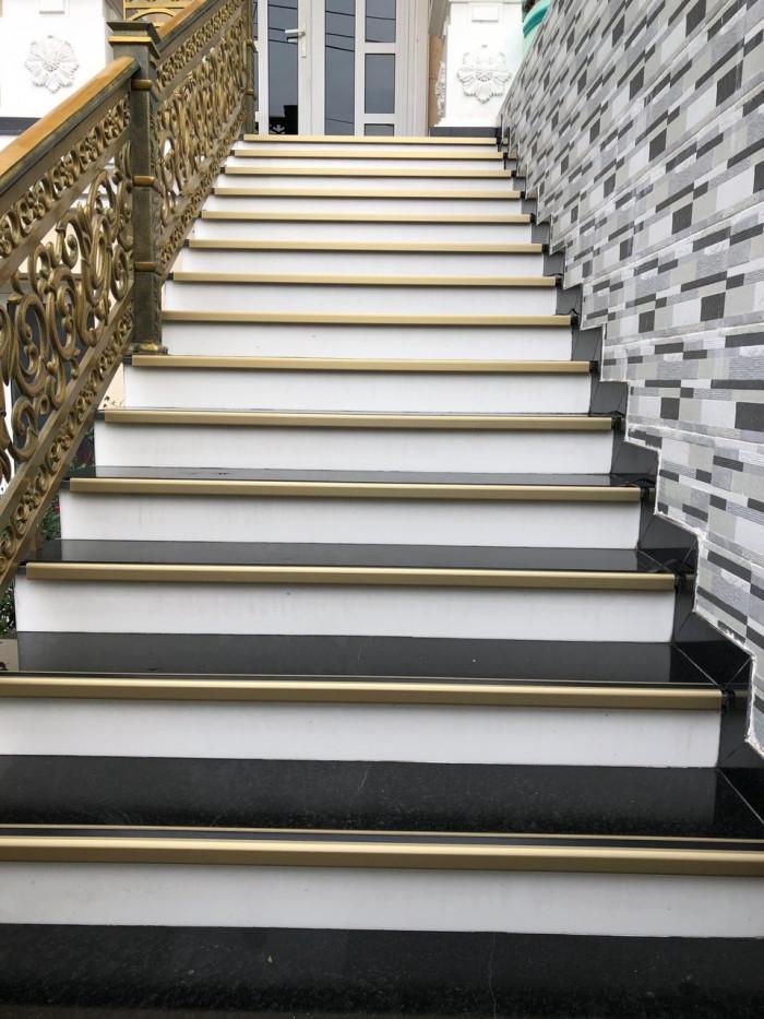 Cách chống trơn trượt cầu thang